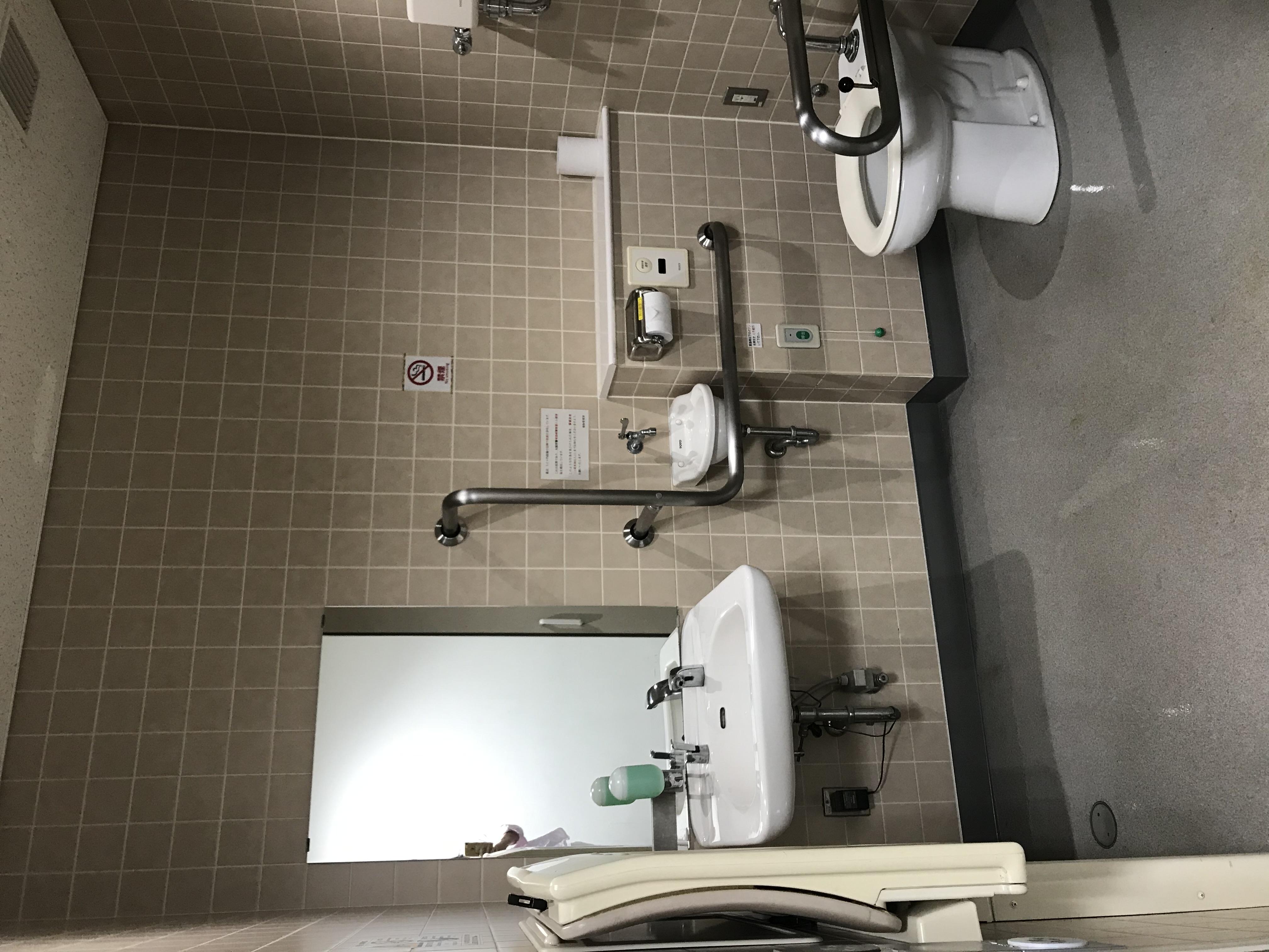 多目的トイレ<br /> (おむつ交換台・車椅子スペースがあります)